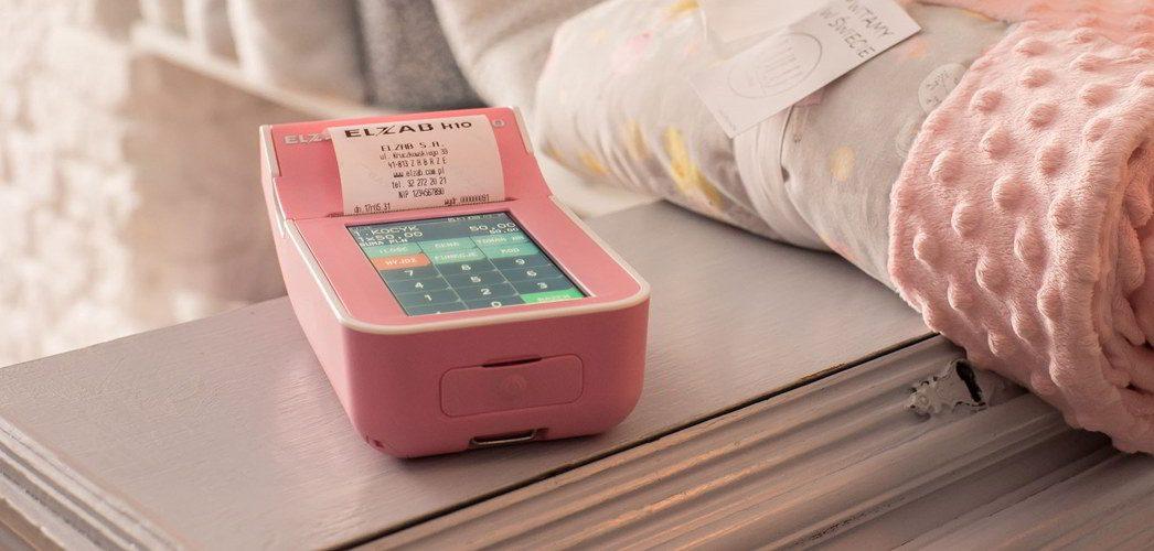 obrazek zawiera Różowa kasa Elzab K10 sklep odzieżowy Prima Komputery Koszalin